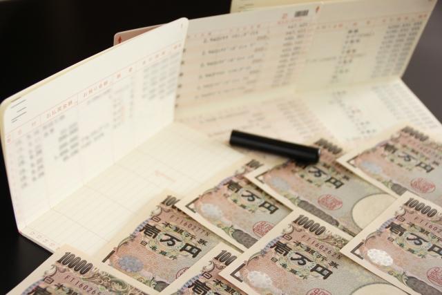 借金-お金が舞い上がる様子