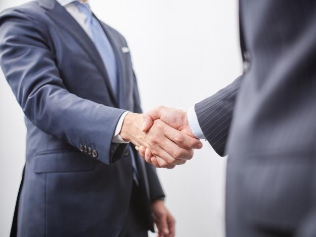 握手するビジネスパーソンの画像