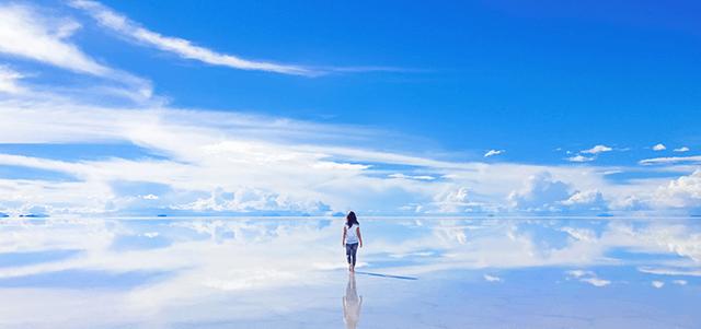スピリチュアルな感じのするウユニ塩湖に佇む女性の画像