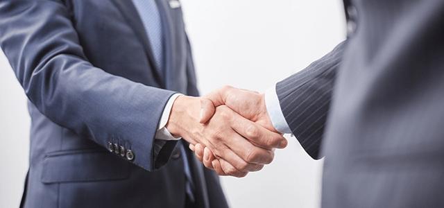 握手をするビジネスパーソン