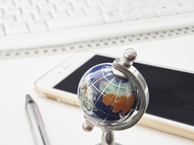 キーボードと地球儀の画像