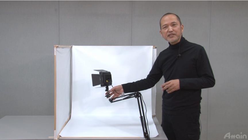オンライン商品写真講座の動画のワンカット画像。講師の新藤 修一先生が写真の撮り方を解説している様子。