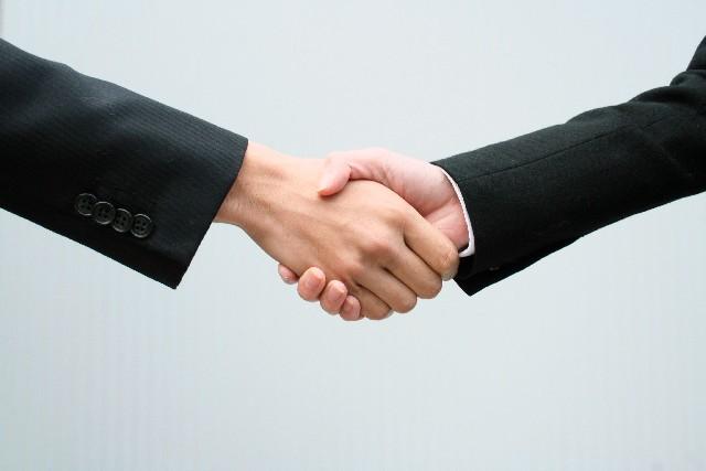 握手をしているビジネスパーソンの画像